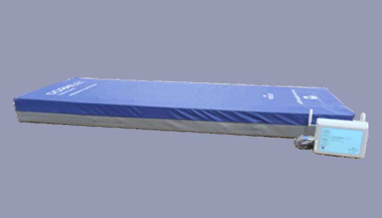 En madras med blå overside og grå underside