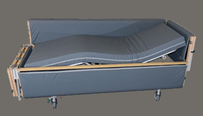 Her ses en plejeseng 811 med gråt betræk. Gavlen i venstre side og sengens ene side er åben