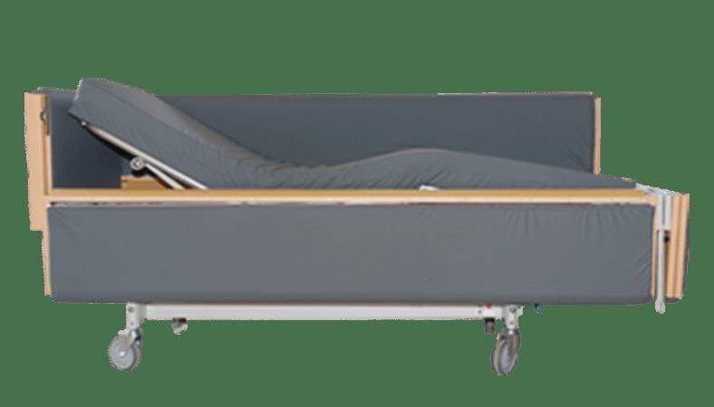 Her ses en grå plejeseng med den ene side og gavl stående åben