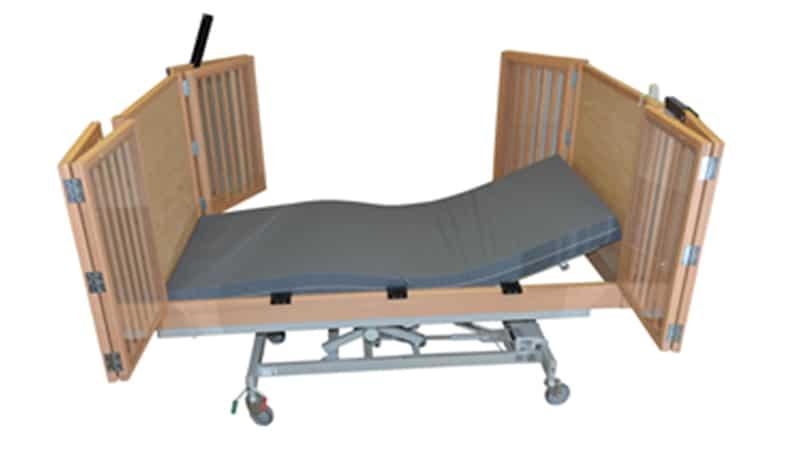 her ses en seng på et stel der kan hæves og sænkes. Siderne har tremmer afdækket med plexiglas.